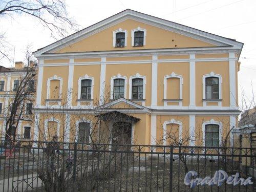8-я линия В.О., дом 65, литера А. Фасад здания со стороны Благовещенского сада. Фото 13 апреля 2012 года.