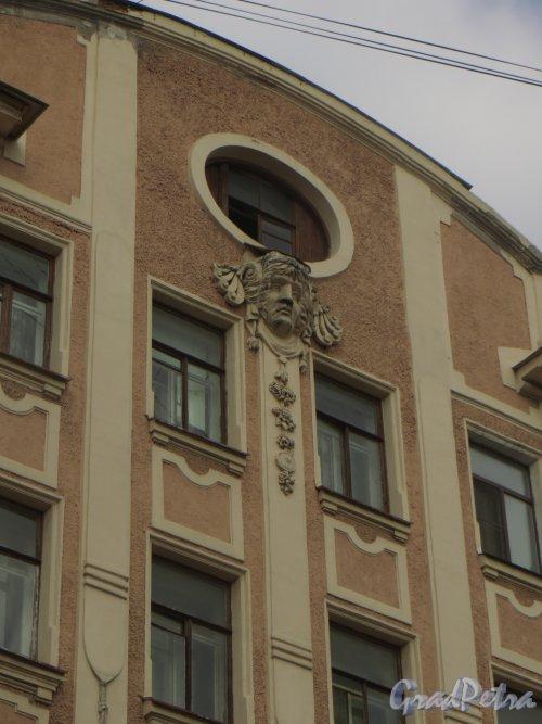 8-я линия В.О., дом 85. Маскарон на фасаде здания. Фото 2 июня 2015 года.