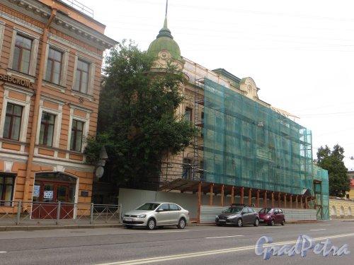9-я линия В.О., дом 10, литера А.  Общий вид фасада здания во время реставрации. Фото 16 августа 2015 года.