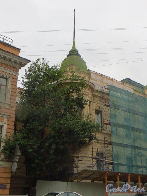 9-я линия В.О., дом 10, литера А.  Угловая башня здания. Фото 16 августа 2015 года.