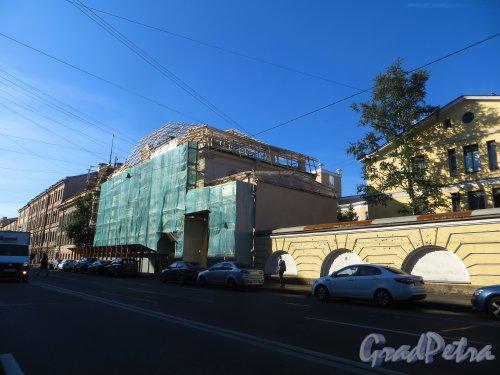 9-я линия В.О., дом 10, литера А.  Общий вид здания во время реставрации. Фото 20 августа 2015 года.