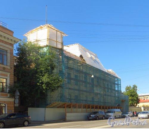 9-я линия В.О., дом 10, литера А.  Общий вид здания во время реставрации. Фото 24 августа 2015 года.