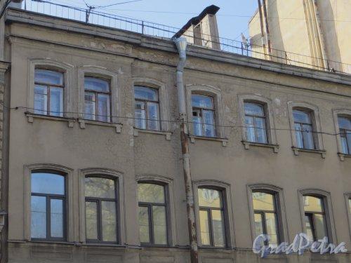 9-я линия В.О., дом 28. Левая часть фасада здания. Фото 13 апреля 2012 года