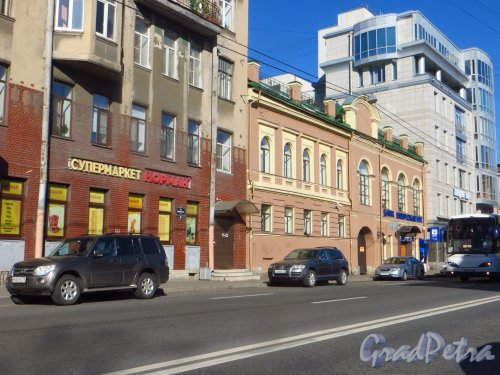 9-я линия В.О., дом 60. Общий вид здания Василеостровского отделения банка «Возрождение». Фото 5 августа 2015 года.