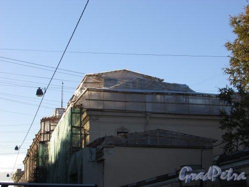 9-я линия В.О., дом 10. Ремонт крыши здания. Фото 8 октября 2015 года.