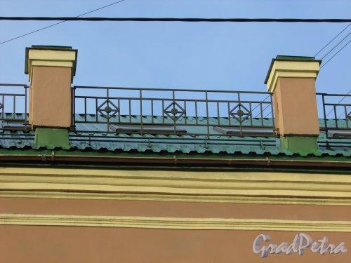 9-я линия В.О., дом 60. Ограждение крыши здания. Фото 29 сентября 2015 года.