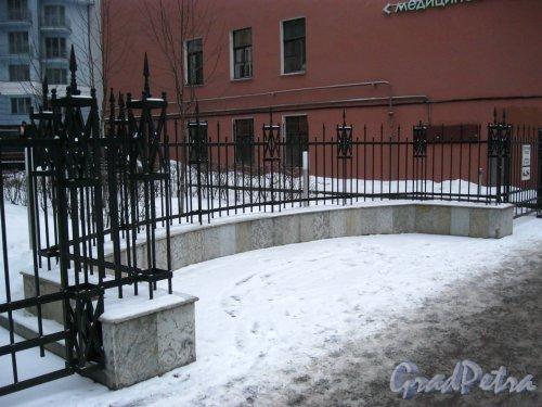 10-я линия В.О., дом 17, корпус 2, литера А. Ограда участка. Фото 3 февраля 2013 года.