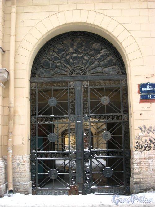 10-я линия В.О., дом 19. Ворота арки во двор. Фото 3 февраля 2013 года.