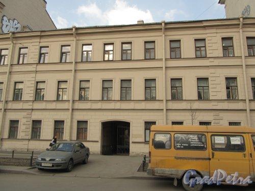 10-я линия В.О., дом 31-33 (участок дома № 31). Лицевой фасад здания. Фото 13 апреля 2012 года.
