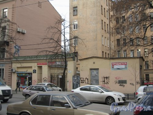 10-я линия В.О., дом 45. Левая часть участка. Фото 13 апреля 2012 года.