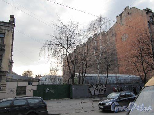 11-я линия В.О., дом 56. Общий вид участка. Фото 13 апреля 2012 года.