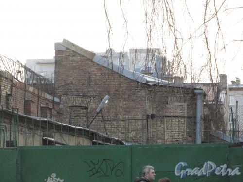 11-я линия В.О., дом 56. Одно из строений на участке. Фото 13 апреля 2012 года.