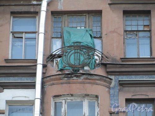 11-я линия В.О., дом 58. Состояние балкона над правым эркером. Фото 13 апреля 2012 года.