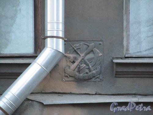 11-я линия В.О., дом 58. Знак «Крепи Оборону СССР» на фасада здания. Фото 13 апреля 2012 года.