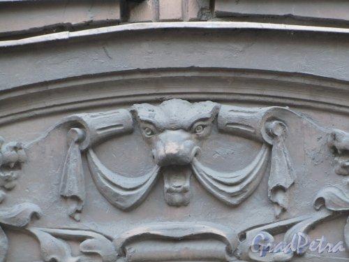 11-я линия В.О., дом 58. Фрагмент оформления над аркой во двор. Фото 13 апреля 2012 года.