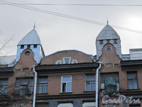 11-я линия В.О., дом 58. Башенки доходного дома К. Г. Чубакова. Фото 13 апреля 2012 года.
