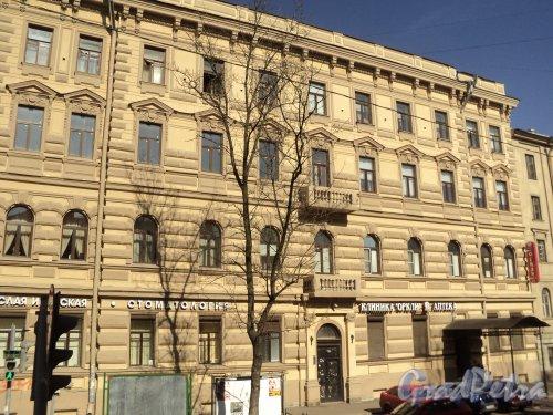 12-я линия В.О., дом 27 (угловая часть). Левая часть фасада угловой части здания. Фото 12 апреля 2011 года.