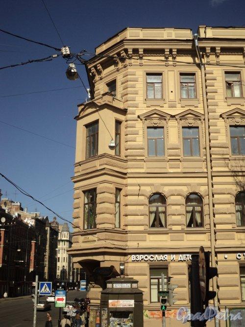 Средний проспект В.О., дом 48 (угловая часть) / 12-я линия В.О., дом 27. Угловой эркер. Фото 12 апреля 2011 года.