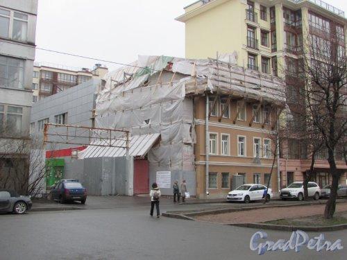 17-я линия В.О., дом 46, литера А. Общий вид здания во время ремонта кровли. Фото 22 декабря 2019 года.