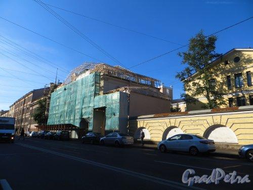 9-я линия В.О., дом 10, литера А. Общий вид здания во время ремонта крыши. Фото 20 августа 2015 г.