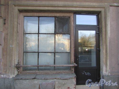 9-я линия В.О., дом 56, литера А. Окна коммерческих помещений первого этажа Доходного дома К. Г. Чубакова . Фото 8 апреля 2020 г.