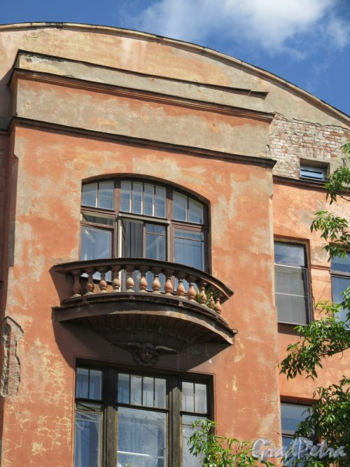 6-я линия В.О., д. 37. Доходный дом С. Х. Мельцер, 1909-10. Верхнее завершение правого ризалита. фото май 2018 г.