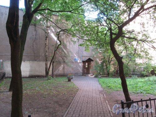 14-я линия В.О., д. 25-27. Дом Римско-католического приюта. Двор со сквером. фото июнь 2018 г.