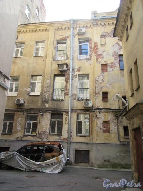 14-я линия В.О., д. 31 Доходный дом Д. П. Семенова-Тян-Шанского. 2-й двор. Выход на задний фасад д. 26 по 13-й линии. Фото июнь 2018 г