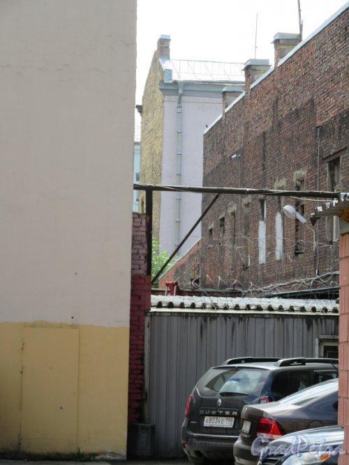 20-я линия В.О., д. 13. Доходный дом П.Г. Франк. Вид на хозяйственные дворы. фото июнь 2018 г.