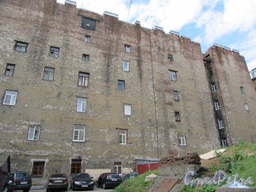 20-я линия В.О., дом 13, литера Б. Брандмауэр жилого дома с самодельными окнами со стороны двора особняка А.Н. Чикалева. фото июнь 2018 г.