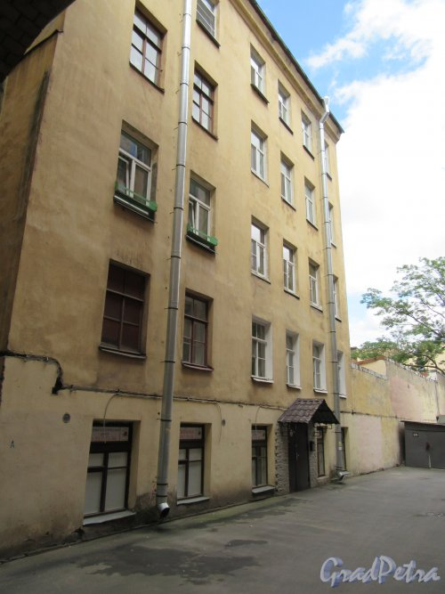 16-я линия В.О., д. 9. Жилой дом Александровской мужской больницы. Двор. Фасад бокового флигеля (левый). Фото июнь 2018 г.