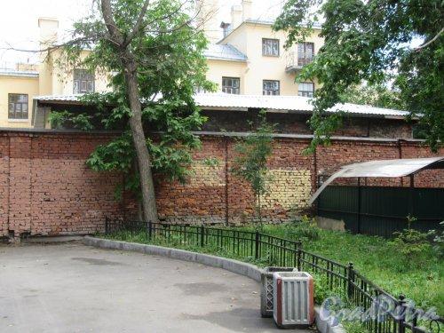 16-я линия В.О., д. 9. Жилой дом Александровской мужской больницы. Дворовая стенка перегодка. Фото июнь 2018 г.