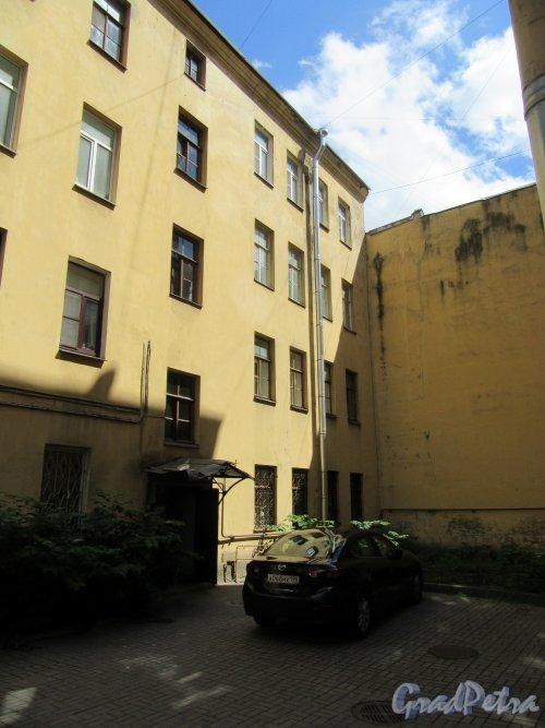 8-я линия В.О., д. 41. Доходный дом А. Г. Трамбицкого. Задний двор домов №43 и №41. фото июнь 2018 г.