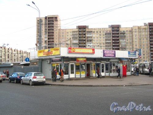 Торговые ларьки у станции метро «Проспект Большевиков». Фото 7 октября 2012 года.