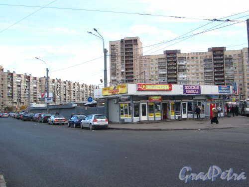 Торговые павильоны у станции метро «Проспект Большевиков». Фото 7 октября 2012 года.