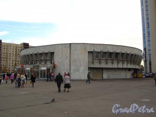 Наземный павильон станции метро «Проспект Большевиков». Фото 7 октября 2012 года