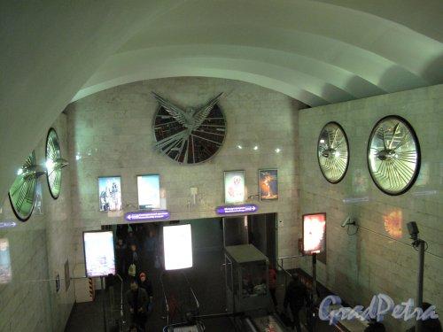 """Станция Метро """"Чкаловская"""". Оформление стенки над эскалатором. Фото март 2014 г."""