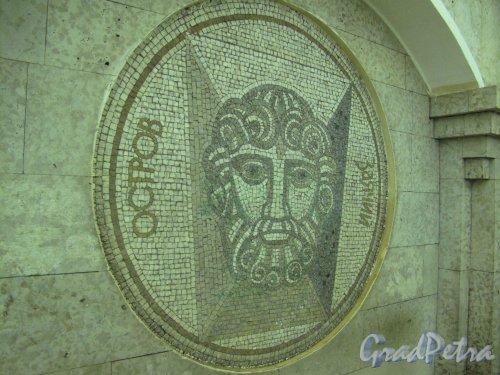Станция метро «Крестовский остров». Мозаичное панно «Заячий остров» в подземном вестибюле. Фото март 2014 г.