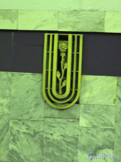 Станция метро «Старая Деревня». Декоративная решетка вентиляционного проема. Фото март 2014 г.