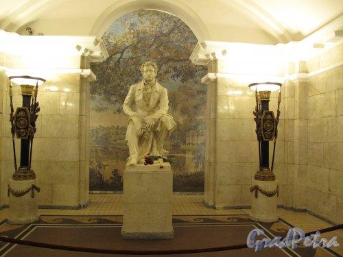 """станция метро """"Пушкинская"""". Ниша со статуей А. С. Пушкина и панно.  Фото март  2014 г."""