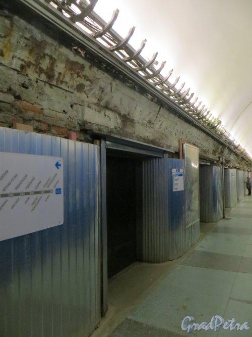 Станция метро «Парк Победы». Ремонт полов и стен среднего зала. Фото 29 апреля 2014 года.