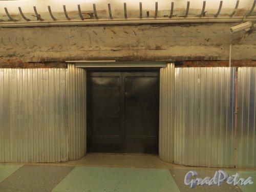 Станция метро «Парк Победы». Ремонт стен подземного вестибюля. Фото 29 апреля 2014 года.
