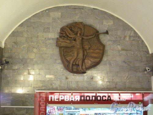 Станции метро «Приморская». Подземный лестничный переход. Скульптурная композиция. Фото март 2014 г.