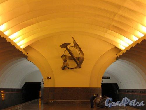 Станция метро «Проспект Большевиков». Оформление стены в конце перронного зала. Фото 1 октября 2015 года.
