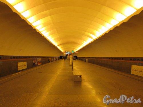 Перронный зал станции метро «Проспект Большевиков». Фото 1 октября 2015 года.