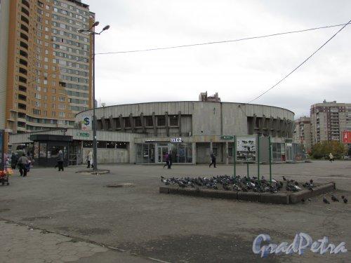 Наземный павильон станции метро «Проспект Большевиков». Фото 1 октября 2015 года.