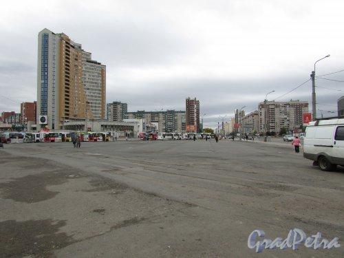 Станция метро «Проспект Большевиков». Территория, на которой раньше находились торговые павильоны. Теперь территория «зачищена», но городу ни налогов, ни рабочих мест - это называется эффективное использование имущества города по-питерски.  Фото 1 октября 2015 года.