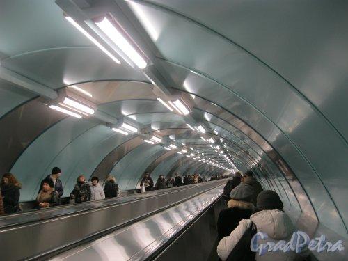 Станция метро «Спортивная-2». Траволатор (горизонтальный эскалатор) в сторону выхода на Васильевском острове. Фото 3 марта 2016 г.