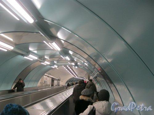 Станция метро «Спортивная-2». Траволатор (горизонтальный эскалатор) в сторону выхода на Васильевском острове. Переходный модуль. Фото 3 марта 2016 г.