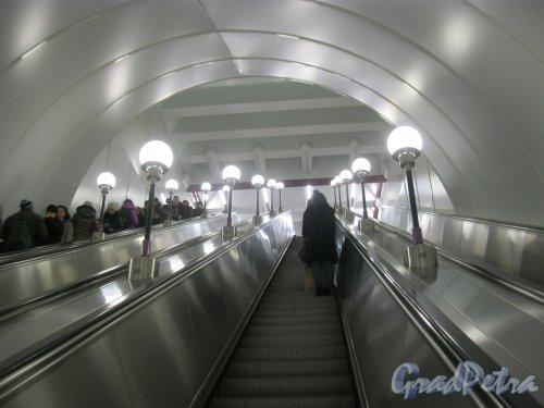 Станция метро «Спортивная-2». Эскалатор выхода на Васильевском острове. Фото 3 марта 2016 г.